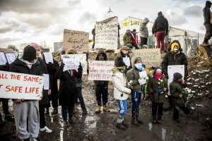 Des réfugiés Iraniens se cousent la bouche pour protester contre le démantèlement de la zone sud de la Jungle de Calais. Manifestation de soutien aux réfugiés de Calais.