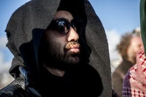 Des réfugiés Iraniens se cousent la bouche pour protester contre le démantèlement de la zone sud de la Jungle de Calais