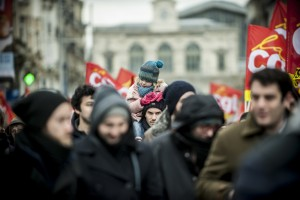 Une jeune fille est portée par son père lors de la manifestation contre la loi travail
