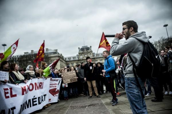 Un leader lycéen reprend des slogans lors de la manifestation contre la loi travail.