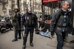 Un manifestant s'etant réfugié dans un restaurant est arrêté par la BAC