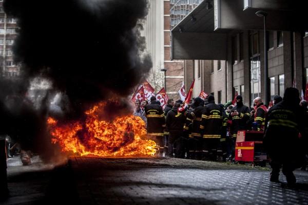 Les Pompiers brûlent des pneus sous les locaux du Conseil départemental du Nord en signe de protestation contre la loi travail El Khomri