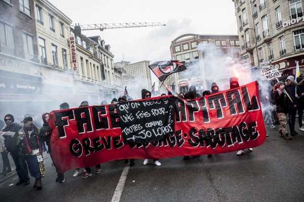 Des militants antifascistes derrière une bannière  le 31 mars