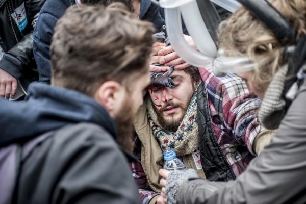 Un jeune étudiant est victime des coups de la police lors de l'évacuation de la Place de la République à Lille le 31 mars