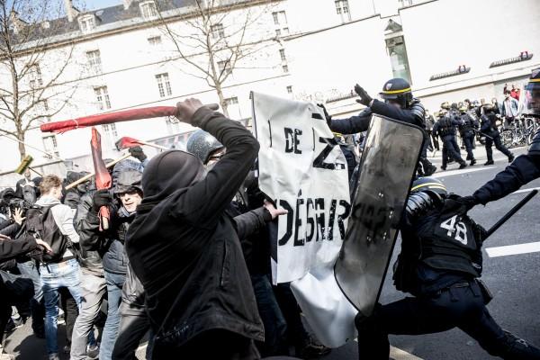 Les manifestants au contact de la police