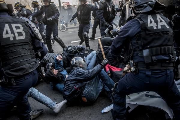Les manifestants au contact de la police. Plusieurs manifestants se retrouvent au sol et sont arrêtés.