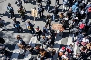 Les manifestants se dirigent vers la place de la Bastille lors d'une manifestation lycéenne et étudiante