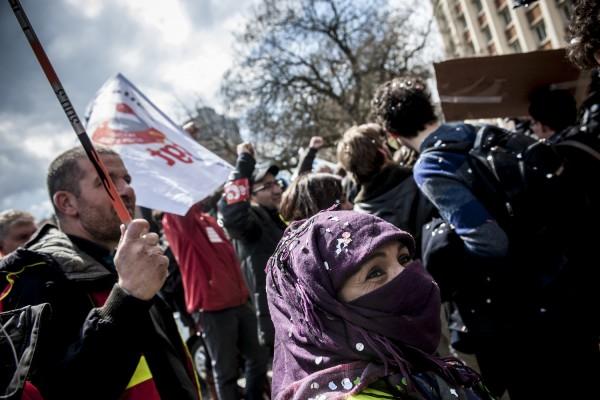 En soutien aux InterLuttants dans la cité administrative, des manifestants ont rejoint l'immeuble pour exiger la libération des camarades.