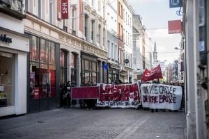 Les manifestants se retrouvent nez à nez avec la police près de la Grand Place de Lille.