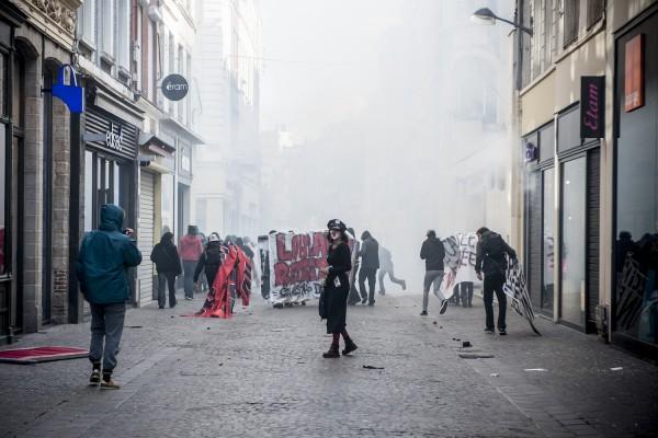 Pour repousser la manifestation sauvage, la police utilise des gaz lacrymogènes dans cette rue étroite vite saturée.