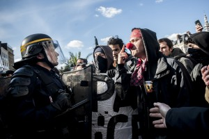 La police, après négociations, se retire du théâtre sous les hués des manifestants.