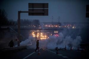 Les réfugiés prennent la rocade d'assaut après la 1ère journée de démantèlement de la zone sud de la Jungle de Calais