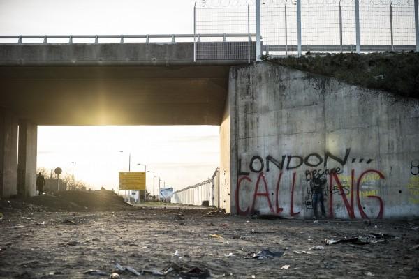L'entrée nord de la jungle de Calais. Banksy est passé par là.