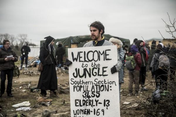 Un homme présente une carte avec le nombre de personnes qui vivent dans la zone sud de la jungle alors que celle-ci est en cours de démantèlement.