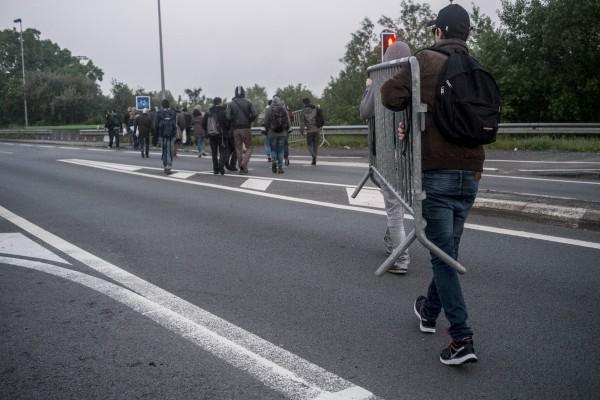 Rendez-vous à 5h30 sur un parking, les manifestants récupèrent de quoi mettre en place une barricade sur l'autoroute A25.