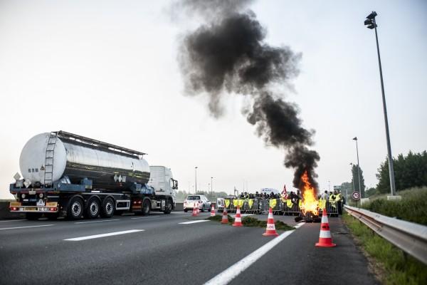La fumée dégagée par les pneus en feu est visible sur de nombreux kilomètres depuis l'action de blocage de l'A25