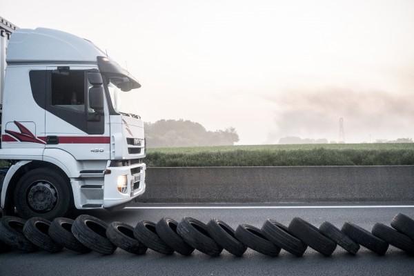 Une seule voie sera bloquée tout au long de l'action. Celle-ci est bloquée par des pneus, des grilles et tout ce qui a pu être trouvé sur le chemin.