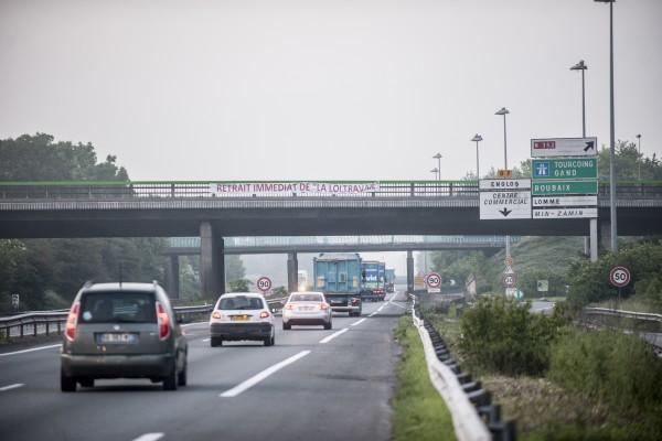 Des syndicalistes ont accroché une banderole pour le retrait de la loi travail sur le pont.