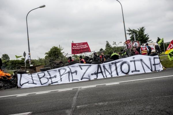 blocage devant le dépôt pétrolier de Douchy-les-Mines. Un syndicaliste, Antoine, a été arrêté mardi 17 mai «préventivement» et est incarcéré depuis. Il a entamé une grève de la faim.