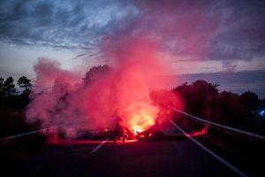 blocage devant le dépôt pétrolier de Douchy-les-Mines, l'entrée de la route nationale est bloqué par une barricade. Un manifestant allume la barricade à l'arrivée de la police