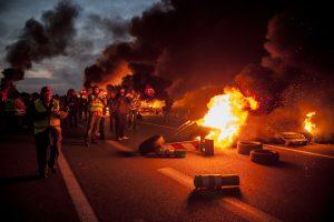 blocage devant le dépôt pétrolier de Douchy-les-Mines. Les manifestants mettent le feu aux barricades à l'arrivée de la police.