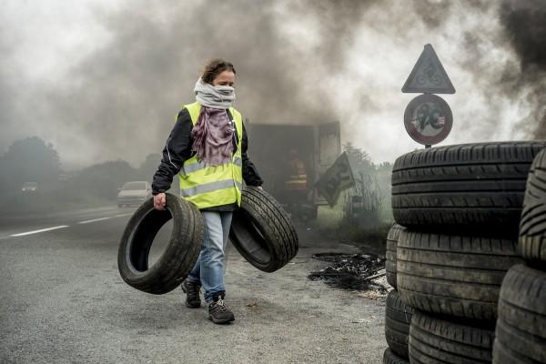 blocage devant le dépôt pétrolier de Douchy-les-Mines. Une syndicaliste de SUD Rail décharge des pneus.