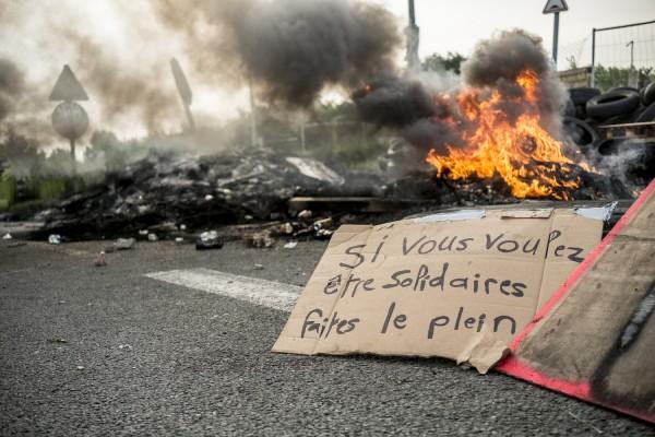 blocage devant le dépôt pétrolier de Douchy-les-Mines. «Si vous voulez être solidaires, faites le plein»