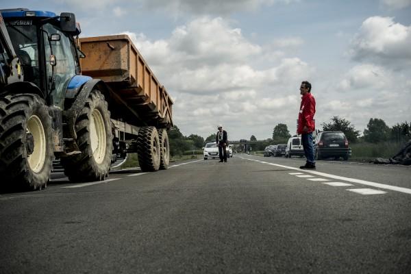 blocage devant le dépôt pétrolier de Douchy-les-Mines. La circulation est régulée par les manifestants.