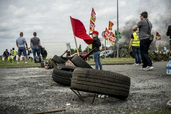 blocage devant le dépôt pétrolier de Douchy-les-Mines. Les familles viennent  en nombre avec leurs enfants.