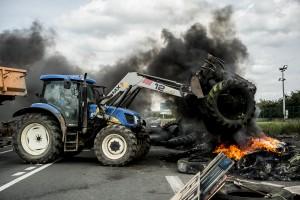 blocage devant le dépôt pétrolier de Douchy-les-Mines. Un agriculteur apporte des pneus et de la paille en soutien au mouvement.