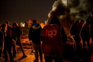 blocage devant le dépôt pétrolier de Douchy-les-Mines. Pendant la nuit, les manifestants se réchauffent autour du feu de pneus