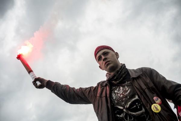 blocage devant le dépôt pétrolier de Douchy-les-Mines. Un jeune syndicaliste craque un fumigène