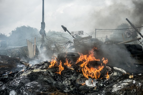 blocage devant le dépôt pétrolier de Douchy-les-Mines. Après plusieurs jours de blocage, le restes des pneus en feu fument toujours.