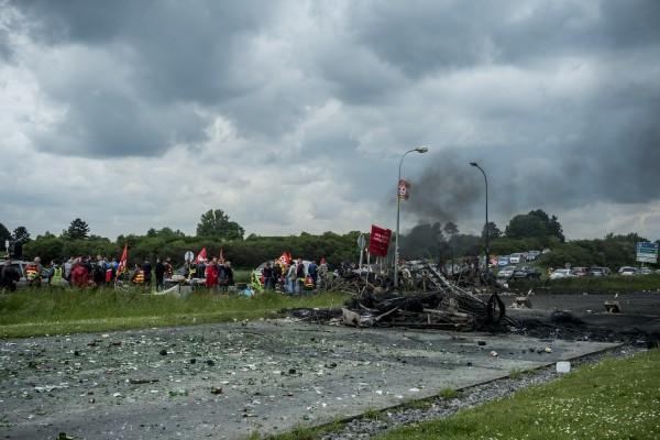 blocage devant le dépôt pétrolier de Douchy-les-Mines. Les accès sont bloqués par des barricades.