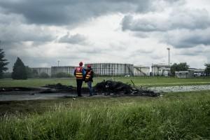 blocage devant le dépôt pétrolier de Douchy-les-Mines. Deux syndicalistes de la CGT regarde le dépôt bloqué.