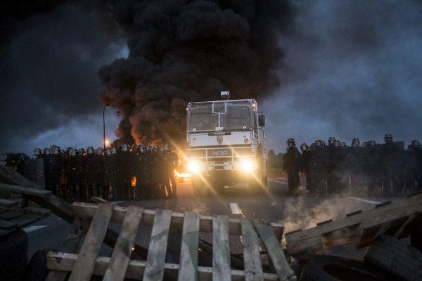 blocage devant le dépôt pétrolier de Douchy-les-Mines. La police arrive très tôt sur le blocage. Les manifestants mettent le feu aux barricades. Un canon à eau est mobilisé pour chasser les manifestant et libérer le dépôt pétrolier du blocage.