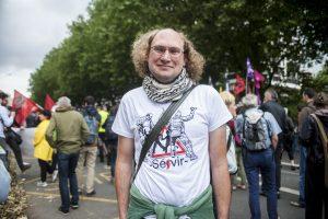 Florent porte un t-shirt floqué d'une photo détournée par APO de violences policières qu'il a subi le 31 mars 2016 à Lille