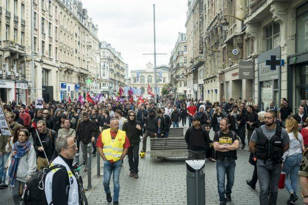 La police suit de près le cortège anticapitaliste tout au long de la manifestation