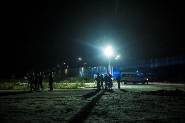 Les CRS se déploient et organisent leur intervention. Tous les soirs, des affrontements ont lieu autour de la jungle. La police utilise des gaz lacrymogènes et des canons à eau pour repousser les réfugiés dans la jungle.