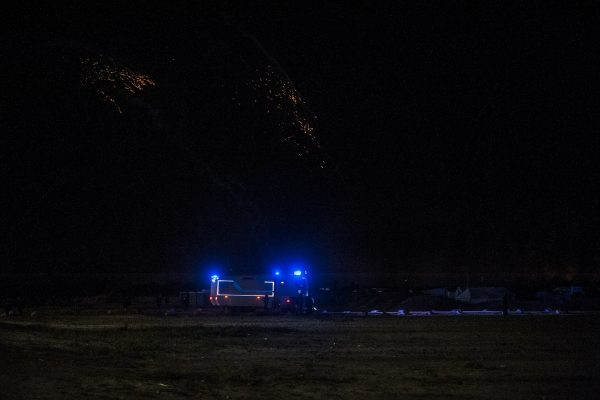 Une pluie de grenades lacrymogènes tombe sur la jungle. Tous les soirs, des affrontements ont lieu autour de la jungle. La police utilise des gaz lacrymogènes et des canons à eau pour repousser les réfugiés dans la jungle.