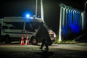 Un réfugié est déposé devant la jungle avec une couverture sur le dos par la Police Aux Frontières. Tous les soirs, des affrontements ont lieu autour de la jungle. La police utilise des gaz lacrymogènes et des canons à eau pour repousser les réfugiés dans la jungle.