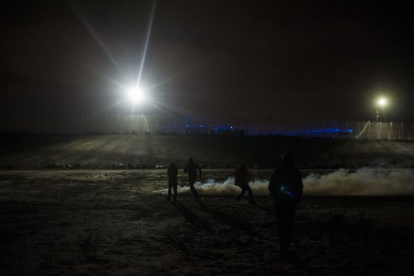 Depuis la rocade portuaire, les CRS envoient des gaz lacrymogènes vers la jungle. Tous les soirs, des affrontements ont lieu autour de la jungle. La police utilise des gaz lacrymogènes et des canons à eau pour repousser les réfugiés dans la jungle.