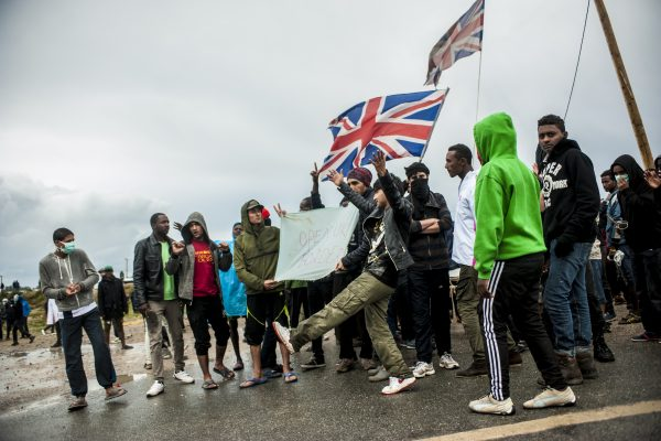 Manifestation en faveur des réfugiés. 1er octobre 2016 – Calais. Malgré les charges de grenades et le canon à eau, certains dansent et chantent «UK»