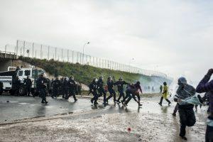 Manifestation en faveur des réfugiés. 1er octobre 2016 – Calais. La police charge les manifestants et arrête un manifestant.