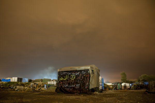 «La Jungle de Calais, la vie s'en est allée.» Série de photos de nuit lors du démantèlement de la jungle de Calais..