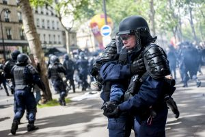 Une policière se blesse à la main avec une grenade. Manifestation du 1er mai 2017 à Paris