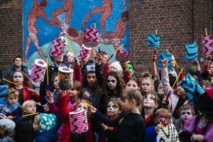 TOURCOING – 28 OCTOBRE 2017 : Soirée des allumoires organisée par les Floconneux à Tourcoing dans le quartier du flocon. Les jeunes enfants tiennent des alumoires et les plus grands sont déguisés. Une défilé dans le quartier a lieu accompagné par des majorettes et une fanfare.
